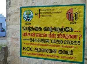 Ein Plakat von NMCT, welches in einem Dorf über ihre Arbeit informiert und Betroffenen Kontaktmöglichkeiten aufzeigt.